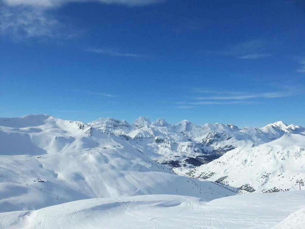 espesa nieve que cubre una montaña