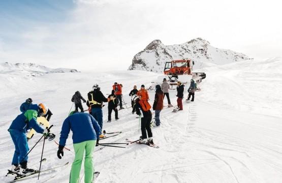 grupo de personas practicando Vive una de las grandes experiencias: el ski ratrack en Formigal