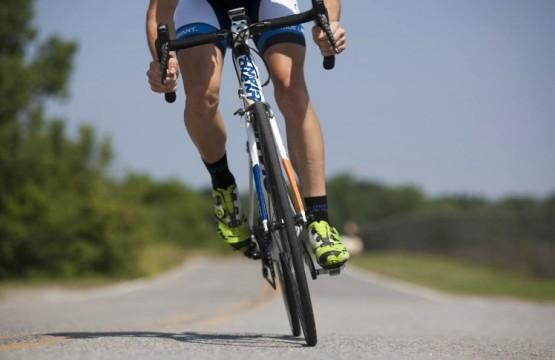 ciclista pedaleando la bici