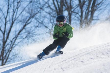nino pequeno esquiando